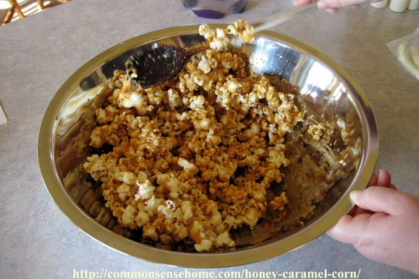 Making homemade honey caramel corn